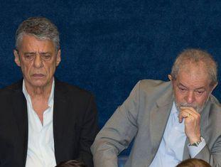 Chico Buarque, já sem óculos, e Lula, no depoimento de Rousseff.