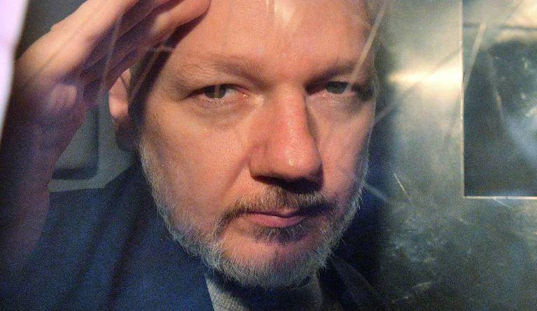 Julian Assange deixa o tribunal em Londres, em 1º de maio.