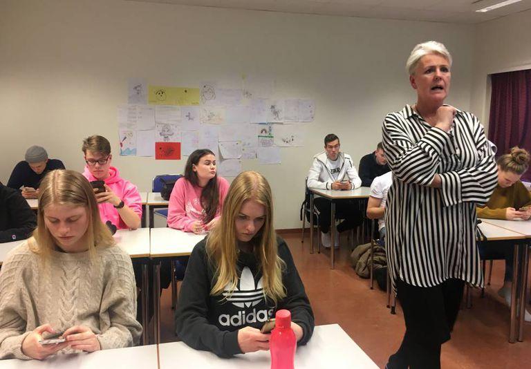 A professora Hanna Björg Vilhjálmsdóttir durante sua aula de gênero em uma escola.