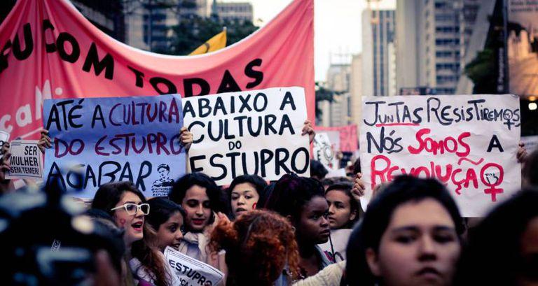 Mulheres nas ruas durante o movimento #EleNão.
