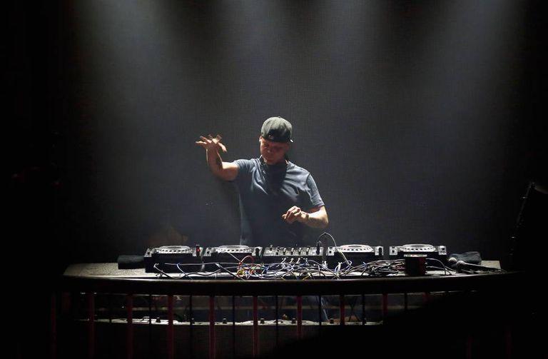 O DJ Avicii, morto em abril, durante um concerto em 2016, em San Francisco, Califórnia.
