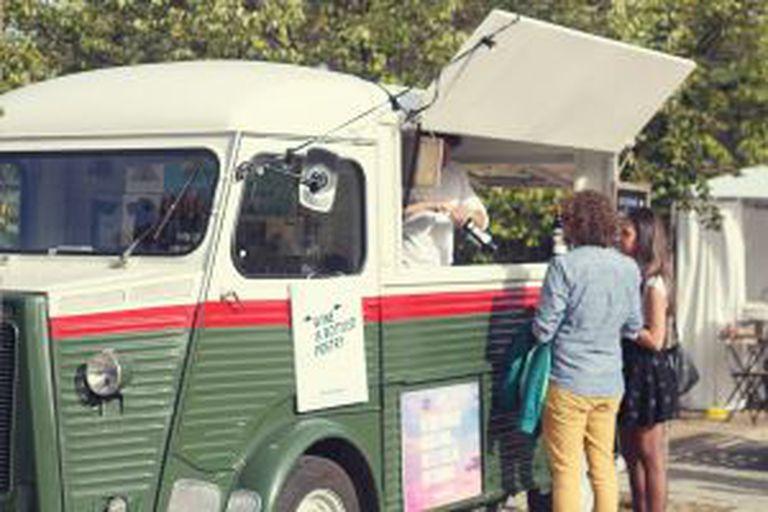 Um 'food-truck' que vende vinhos em Madri.