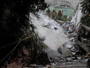 Bombeiros procuram vítimas sob escombros na Cidade do México, nesta quarta.