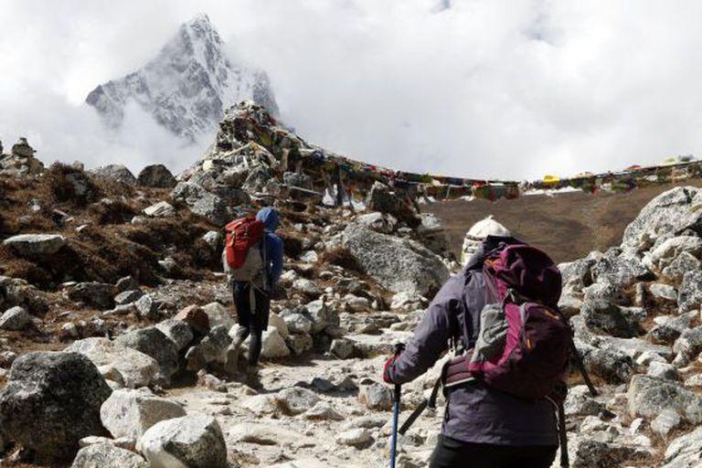 Dois alpinistas a caminho do acampamento-base do Everest.