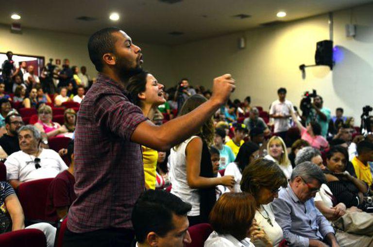 Alunos durante audiência de conciliação com o Governo no TJ-SP.