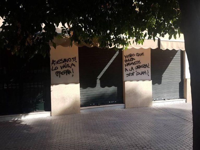 Pichações islamofóbicas na sede da Fundação Mesquita de Sevilha.