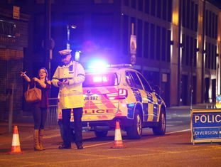 Vários agentes de polícia isolam a área do incidente.