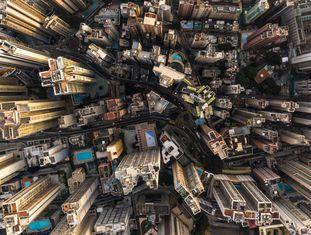 Fotografia aérea de edifícios comerciais e residenciais em Hong Kong.