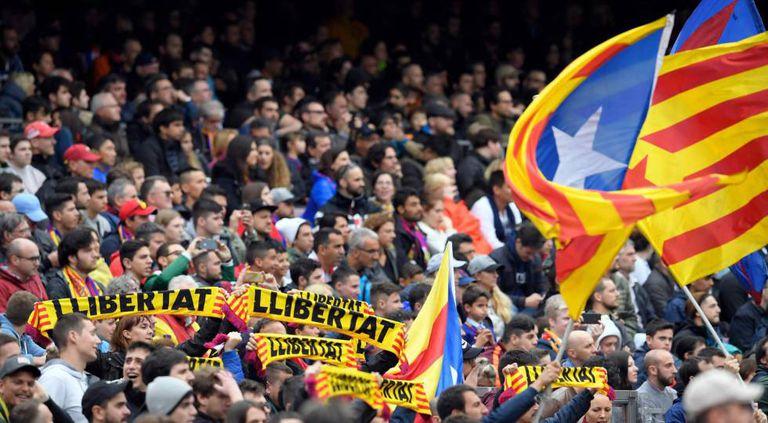 Torcedores do Barcelona fazem protesto pelos presos políticos.