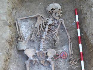 Restos de Catalina Muñoz Arranz ao lado do chocalho encontrados enterrados parque de La Carcavilla (Palência), em 2011.