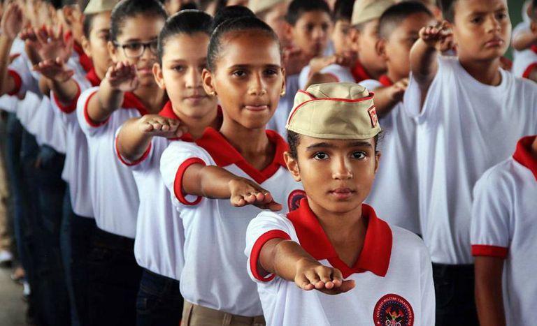 Alunos formam fila em colégio da Polícia Militar em Porto Velho.