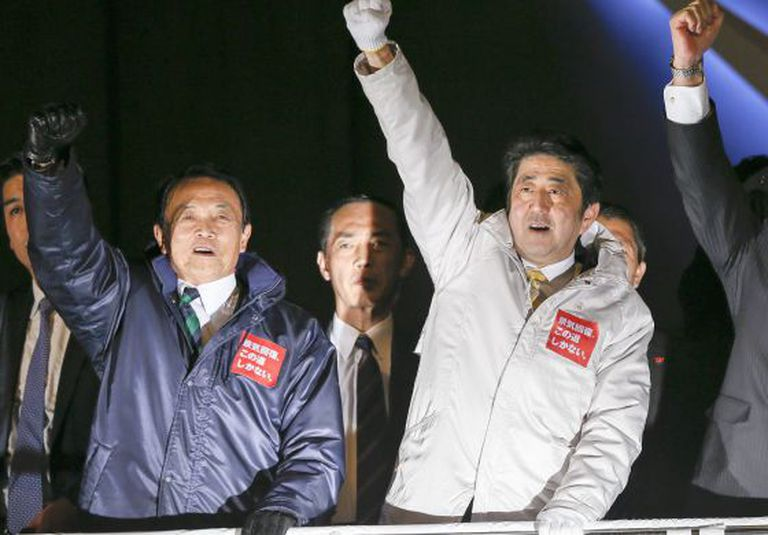 O primeiro-ministro Shinzo Abe (direita) levanta o punho durante a campanha eleitoral, em Tóquio.