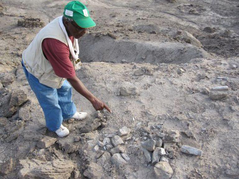 Mohamed Ahmedin mostra o lugar exato onde foi encontrada a mandíbula humana mais antiga que se conhece.
