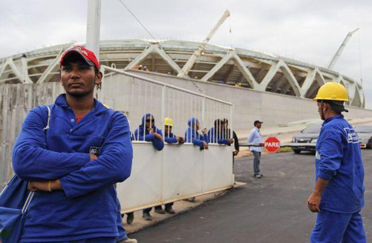 Trabalhadores cruzam os braços na Arena Amazônia na segunda.
