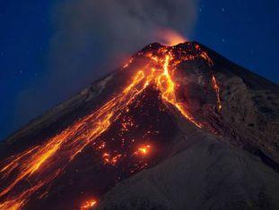 Vista da erupção do Vulcão de Fogo em Alotenango.