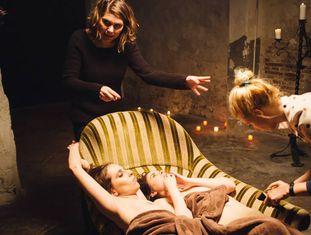 A diretora Erika Lust (acima, à esquerda) durante a gravação de um dos seus filmes.