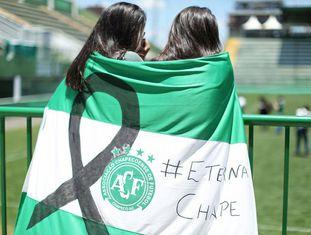 Torcedoras homenageiam a Chapecoense depois da tragédia.