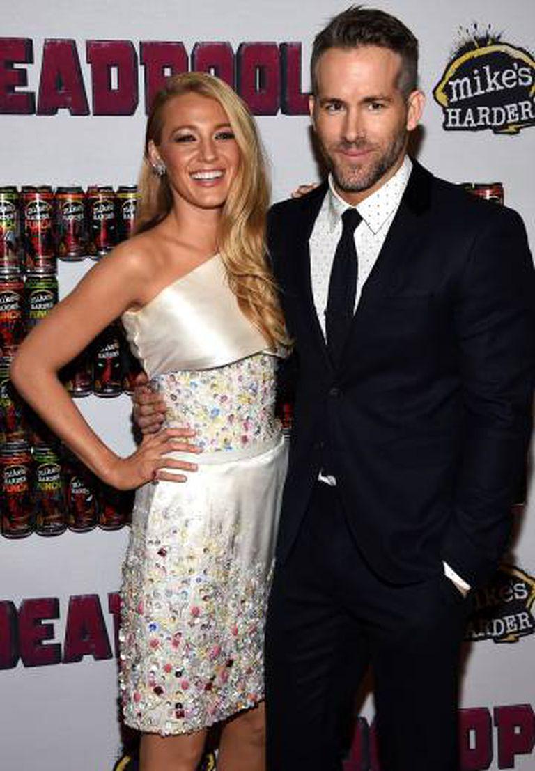 Blake Lively e Ryan Reynolds na apresentação de 'Deadpool', filme em que o ator é protagonista.