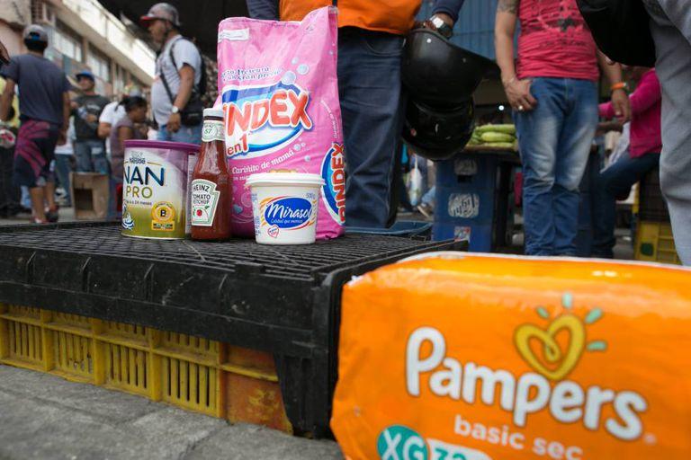 Produtos expostos do lado de fora de um supermercado de Caracas.