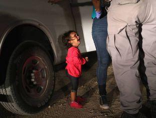Uma menina hondurenha de dois anos chora, no último dia 12, quando um agente detém sua mãe nos arredores da fronteira de McAllen (Texas).