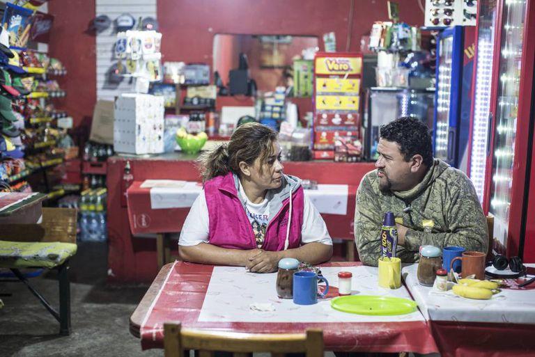 Clara Fragoso e Víctor, seu namorado, em um restaurante à beira da estrada.