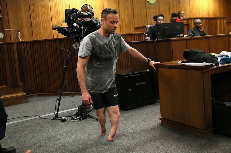 Oscar Pistorius caminha sem as próteses durante a audiência.
