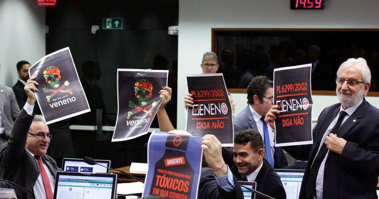 Protesto na sessão que aprovou o PL chamado de Pacote de Veneno.
