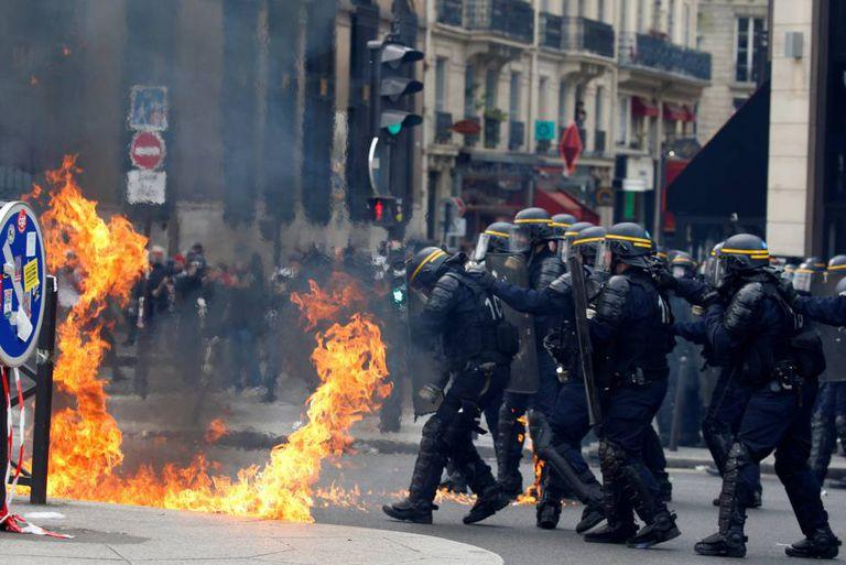Choque entre manifestantes e policiais no 1º de maio em Paris.