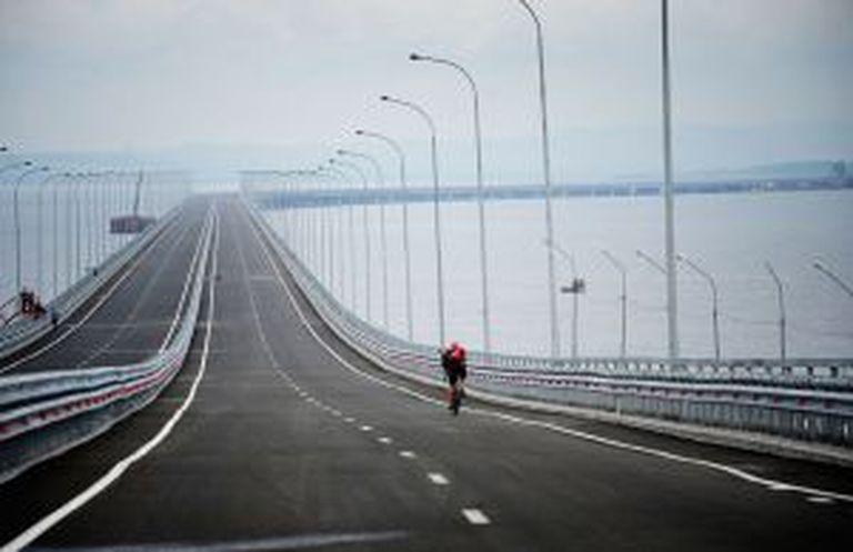 Vista da ponte de Friz-Sedanka sobre a baia de Bay, nas proximidades de Vladivostok, na Rússia.