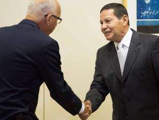 O embaixador da Alemanha no Brasil, Georg Witschel, durante encontro com o presidente em exercício, Hamilton Mourão.