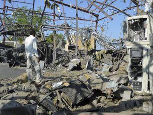Funcionário em meio aos destroços de um centro de transmissão após ataque aéreo saudita no Iêmen.
