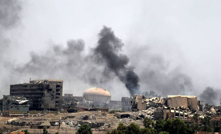 Fumaça em um bairro de Mossul, onde forças do governo enfrentam o Estado Islâmico.