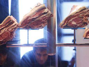 Cortes de carne expostos em uma feira de gastronomia.