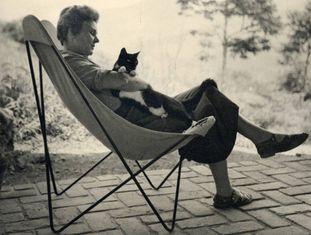 Elizabeth Bishop com seu gato Tobias, em 1954.