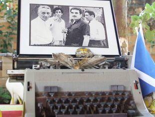 Uma máquina de escrever e objetos relacionados com Gabo em Aracataca.