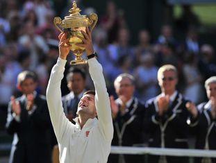 Djokovic levanta o troféu de campeão de Wimbledon.
