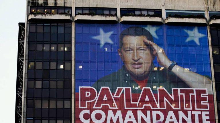Fachada da sede em Caracas de PDVSA em fevereiro de 2012 com uma imagem do ex-presidente do Governo de Venezuela Hugo Chávez