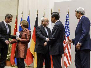 Os ministros de Assuntos Exteriores se cumprimentam após acordo sobre o programa nuclear do Irã.