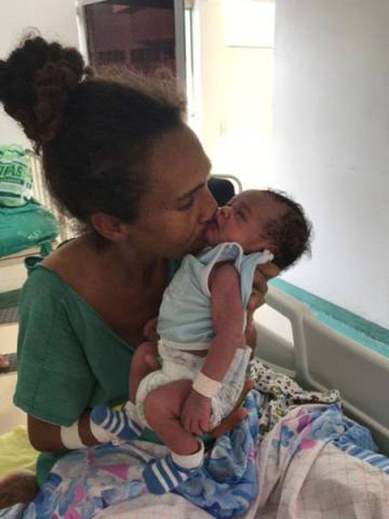 Iriana com Gabriel na maternidade onde o bebê nasceu