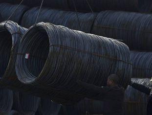 Dois operários trabalham em uma usina siderúrgica de Shenyang, no nordeste da China