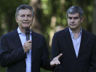 O presidente da Argentina, Mauricio Macri, e seu chefe de Gabinete de Ministros, Marcos Peña, o encarregado de anunciar a reforma dos meios.