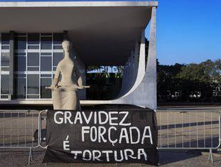 Uma faixa em protesto pelo aborto legal em frente ao STF.