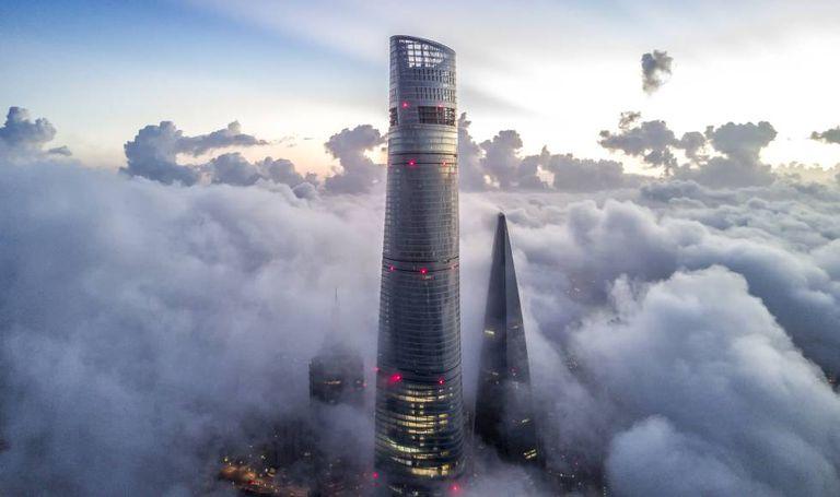 Vista da Torre de Xangai em meio à névoa.