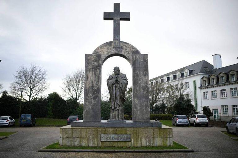 A estátua do papa João Paulo II em Ploërmel, Bretanha