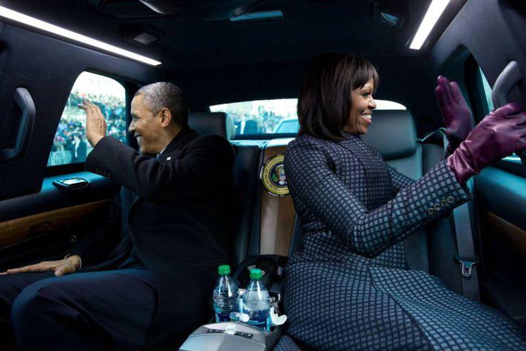 Michelle e Barack Obama na limusina presidencial durante o desfile inaugural de 2013.
