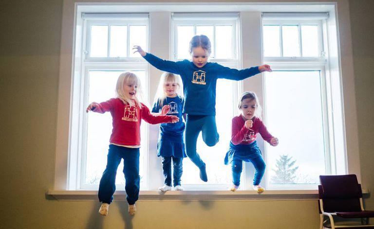 Meninas de uma das escolas infantis Hjalli da Islândia praticam saltos.