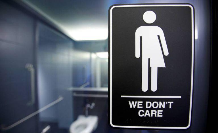 Cartaz desenhado pela artista Peregrine Honig para banheiros mistos, nos EUA.