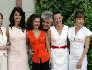 O diretor com as protagonistas de 'Volver': Carmen Maura, Penélope Cruz, Johana Cobo, Blanca Portillo e Lola Dueñas.