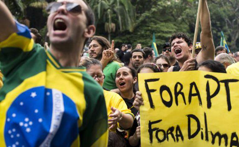 Grupo protesta contra Dilma em São Paulo.