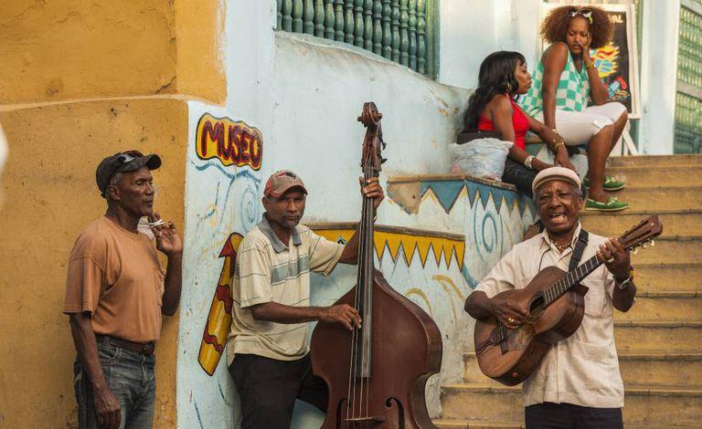 Músicos diante do Museu do Carnaval de Santiago de Cuba.